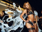 victorias-secret-angels-backstage-27