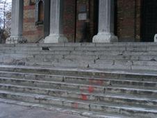 pata de vopsea de pe scarile Catedralei Mitropolitane (1)